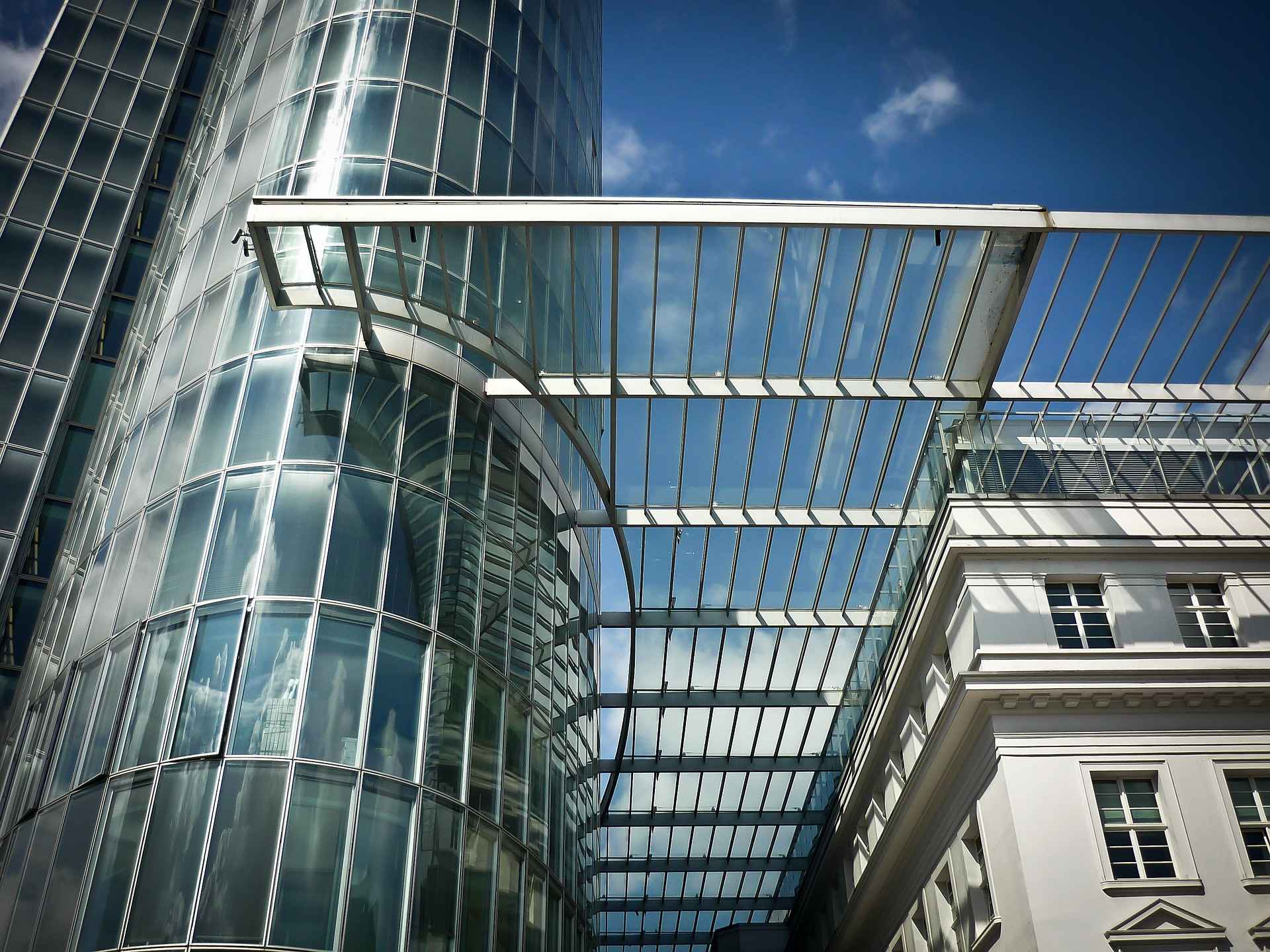 Tall office buildings with lots of glass windows representing the place to find a mentor to become a mortgage broker